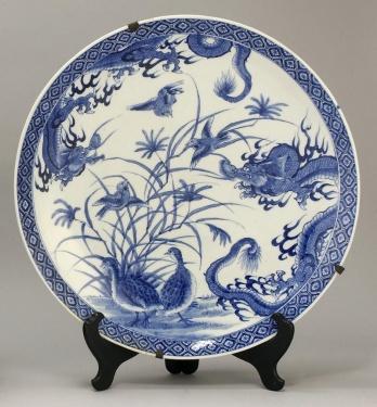 assiette porcelaine bleue, période Meiji (cailles, oiseaux chanteurs et dragon)